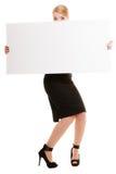 Femme d'affaires se cachant derrière la bannière vide de l'espace de copie images libres de droits