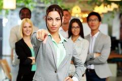 Femme d'affaires se dirigeant à l'appareil-photo Image libre de droits