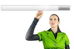 Femme d'affaires se dirigeant à la barre de recherche Photos stock