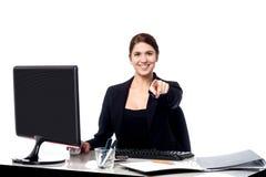 Femme d'affaires se dirigeant à la visionneuse dans son bureau photo libre de droits