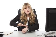 Femme d'affaires se dirigeant à sa montre-bracelet image stock