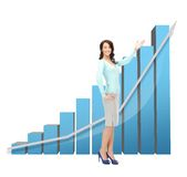 Femme d'affaires se dirigeant au grand diagramme 3d Image libre de droits