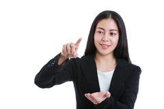 Femme d'affaires se dirigeant et montrant quelque chose D'isolement sur le blanc Images stock