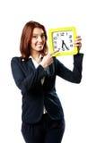 Femme d'affaires se dirigeant sur une horloge murale Photos stock