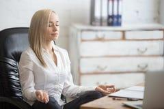 Femme d'affaires se reposant dans la pose de yoga Photos libres de droits