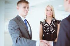 Femme d'affaires se serrant la main dans le bureau Photographie stock libre de droits
