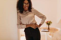 Femme d'affaires se tenant à la maison et posant pour la photographie photo stock