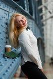 Femme d'affaires se tenant au mur avec le carnet et le café photos stock