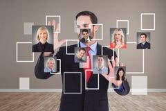 Femme d'affaires se tenant contre le tableau noir avec de diverses formules et icônes Photographie stock libre de droits