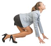 Femme d'affaires se tenant dans la pose de début courant photo stock
