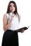 Femme d'affaires se tenant dans le bureau, tenant un dossier dans son Han Image stock