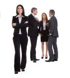 Femme d'affaires se tenant devant ses collègues Image stock