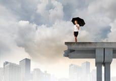Femme d'affaires se tenant sur le pont Photographie stock