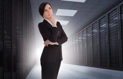 Femme d'affaires semblant réfléchie au centre de traitement des données images libres de droits