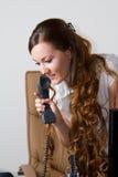 Femme d'affaires sexy avec le téléphone image libre de droits