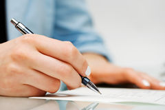 Femme d'affaires signant le contrat. Photo libre de droits