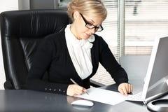Femme d'affaires signant un contrat Images libres de droits