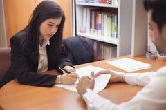 Femme d'affaires signant un contrat Photographie stock