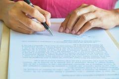 Femme d'affaires signant un contrat Images stock