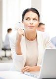 Femme d'affaires songeuse avec l'argent d'argent liquide Photo stock