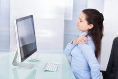 Femme d'affaires souffrant de la douleur Photographie stock