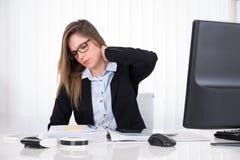 Femme d'affaires souffrant de la douleur cervicale photo stock