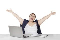 Femme d'affaires soulevant des mains dans le studio Images libres de droits