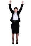 Femme d'affaires soulevant ses mains Image stock