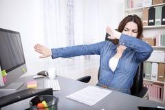 Femme d'affaires soumise à une contrainte atteignant le point d'arrêt Photographie stock libre de droits