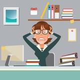 Femme d'affaires soumise à une contrainte dans le lieu de travail de bureau avec l'ordinateur et les documents Images stock