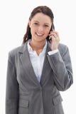 Femme d'affaires souriant au-dessus du téléphone Images libres de droits