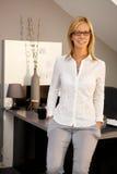 Femme d'affaires souriant dans le bureau image libre de droits