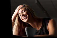 Femme d'affaires souriant dans le soulagement Photos stock