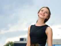 Femme d'affaires souriant sur un fond bleu images libres de droits