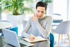 Femme d'affaires Speaking par le téléphone avec le client images stock