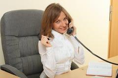 Femme d'affaires speeking au-dessus du téléphone Photos libres de droits