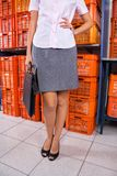 Femme d'affaires Standing With Hand sur la hanche dans la blanchisserie photos stock