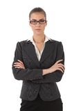 Femme d'affaires stricte avec des bras pliés Images stock