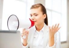 Femme d'affaires stricte criant dans le mégaphone Image libre de droits