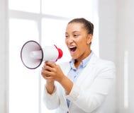 Femme d'affaires stricte criant dans le mégaphone Photographie stock