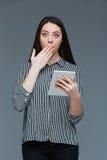 Femme d'affaires stupéfaite loking à l'appareil-photo Photo libre de droits