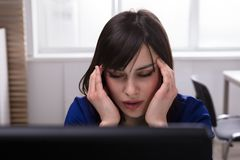 Femme d'affaires Suffering From Headache images stock