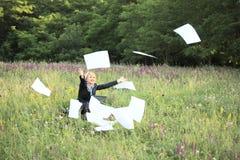 Femme d'affaires sur des documents de loquet de nature image stock