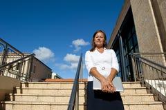 Femme d'affaires sur des escaliers extérieurs Photographie stock libre de droits