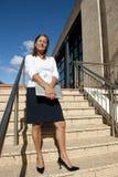 Femme d'affaires sur des escaliers extérieurs Photos stock