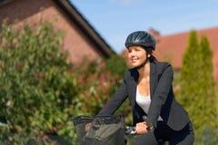 Femme d'affaires sur la bicyclette allant à son bureau images stock
