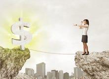 Femme d'affaires sur la montagne de roche avec une marque du dollar Images stock