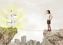 Femme d'affaires sur la montagne de roche avec une marque du dollar Images libres de droits