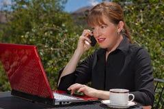 Femme d'affaires sur le fonctionnement de téléphone portable. Photos stock