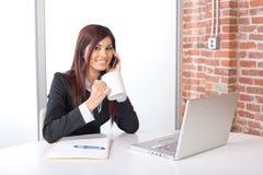 Femme d'affaires sur un téléphone portable Photos libres de droits